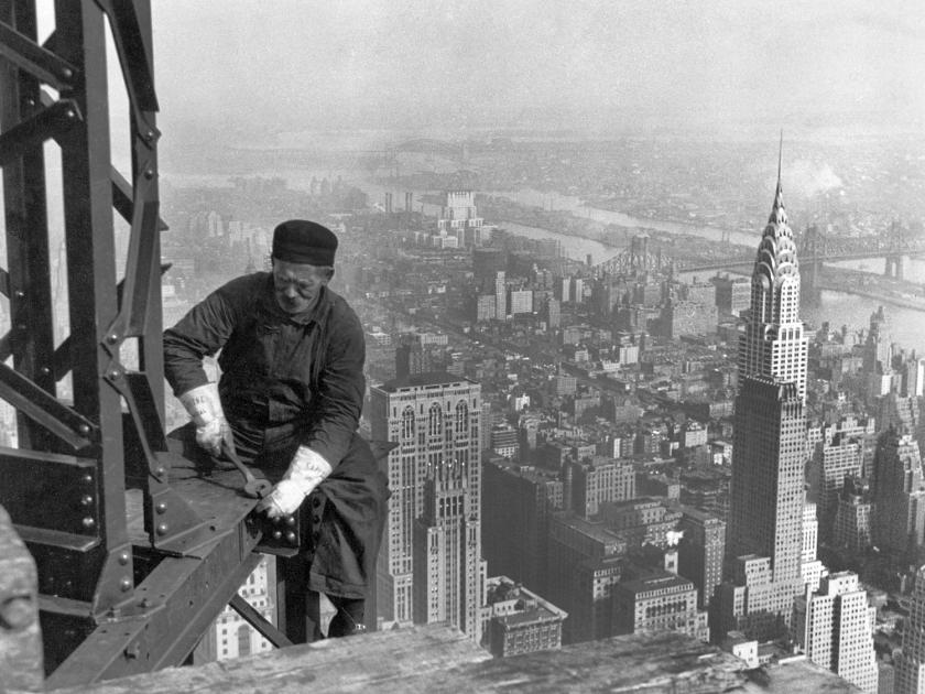 Trabalhador aperta parafusos durante a construção, em 1929