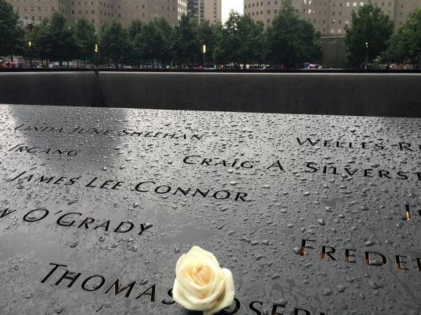 Detalhe dos nomes das vítimas dos atentados aos Estados Unidos no 9/11 Memorial