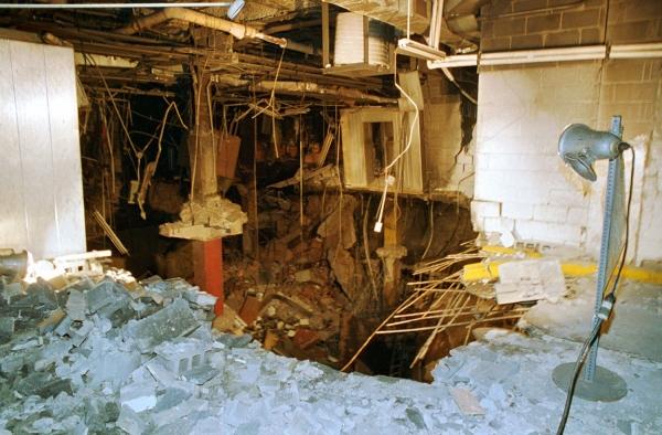 Estrago causado por carro bomba abaixo do World Trade Center, em 1933