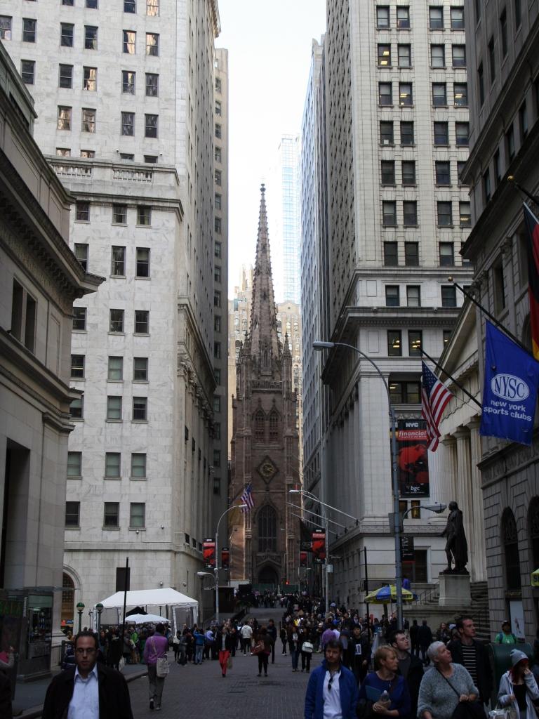 Wall Street com a Trinity Church ao fundo, em 2014