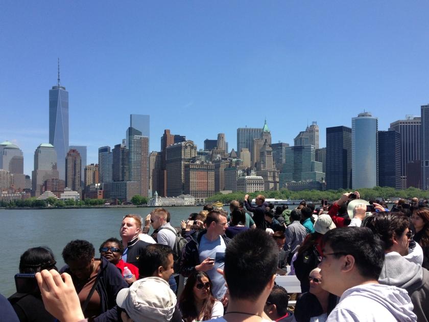Barco da Statue Cruise indo em direção à Liberty Island