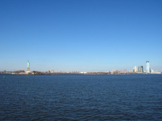 Estátua da Liberdade e sul de Manhattan vistos da Staten Island Ferry, em 2013