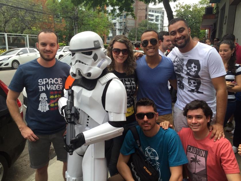 Stormtrooper tirando foto com os clientes na fila