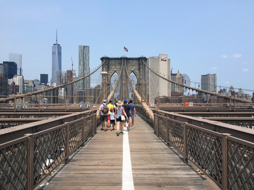 Passagem de pedestres e ciclistas na Brooklyn Bridge