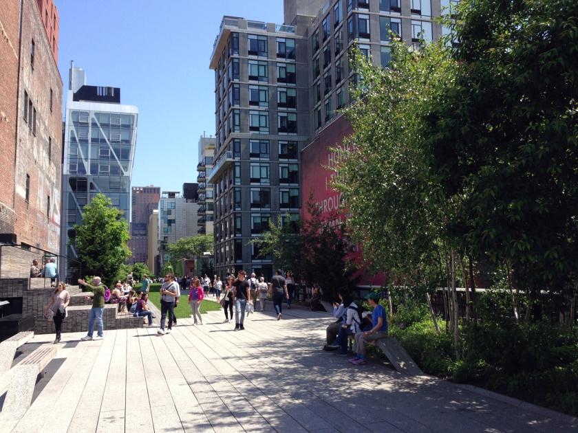 Passagem entre prédios de Manhattan no High Line Park