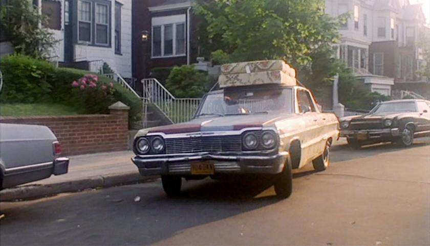 Tony Manero ajuda na mudança de Stephanie para Manhattan