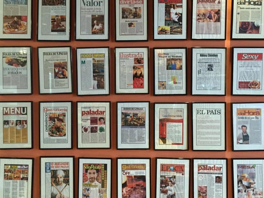 Mural de revistas no Mocotó