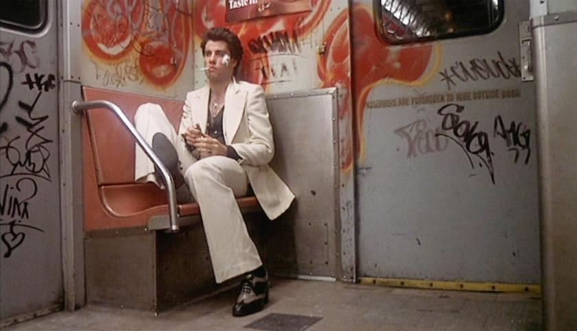 Tony em um metrô marcado pelo vandalismo