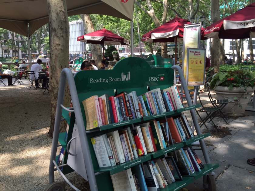 Jornais, revistas e livros estão disponíveis para leitura gratuitamente no Bryant Park