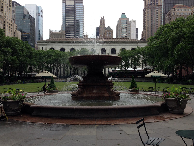 Fonte e gramado do Bryant Park, com a New York Public Library ao fundo