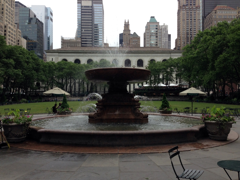 Fonte e gramado do Bryant Park, com a New York Public Library ao fundo