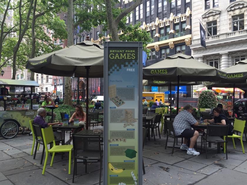Jogos e mesas para uso livre no Bryant Park