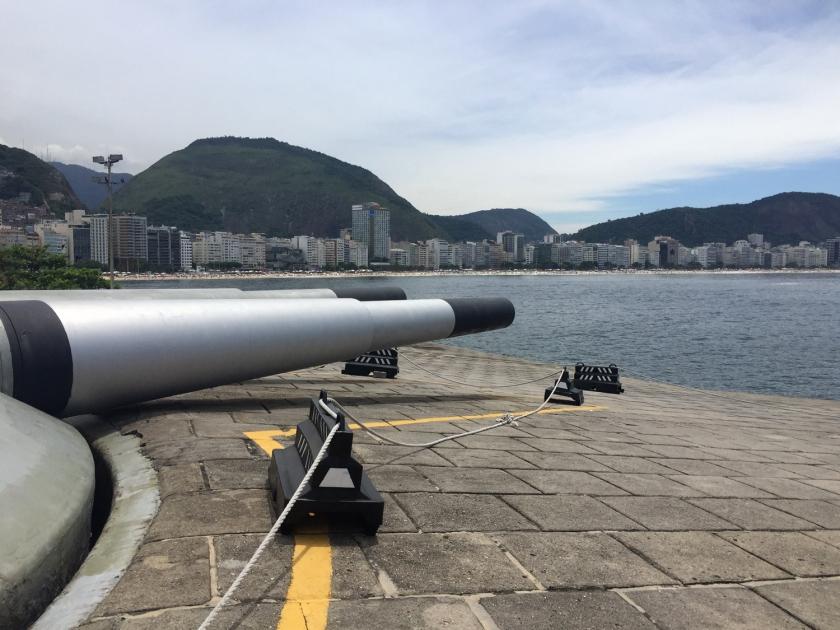 Canhão e vista da praia de Copacabana