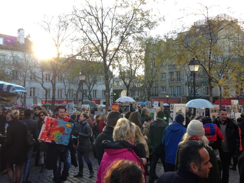 Turistas enchem a Place du Tertre