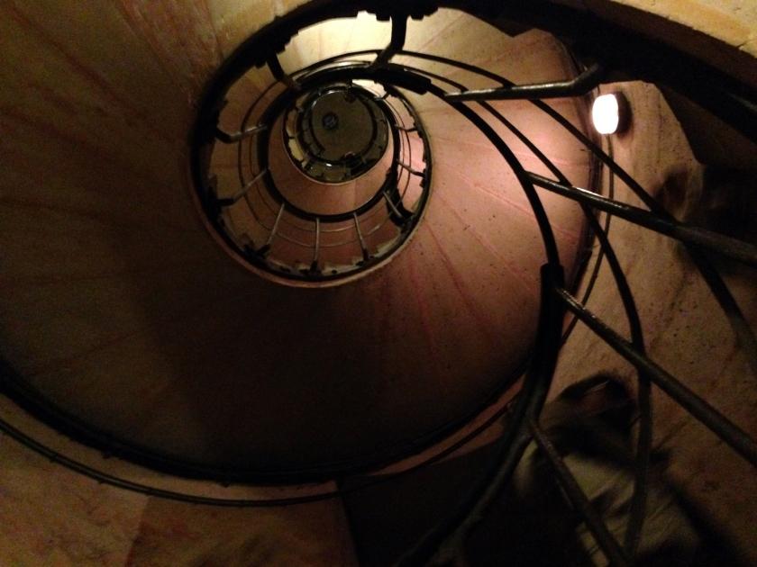 Escadas que dão acesso ao terraço do Arco do Triunfo