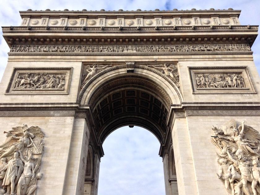Fachada e escultura de dois dos pilares do Arco do Triunfo