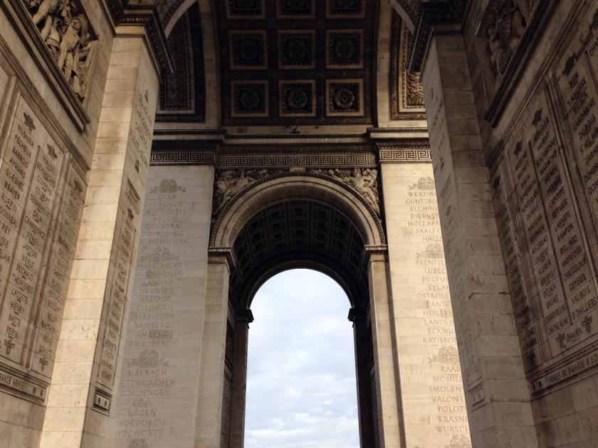 Paredes internas dos pilares e teto do Arco do Triunfo