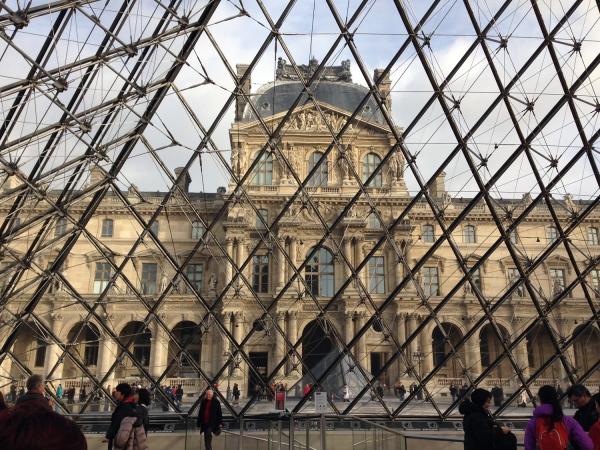 Fachada do Museu do Louvre vista de dentro da pirâmide