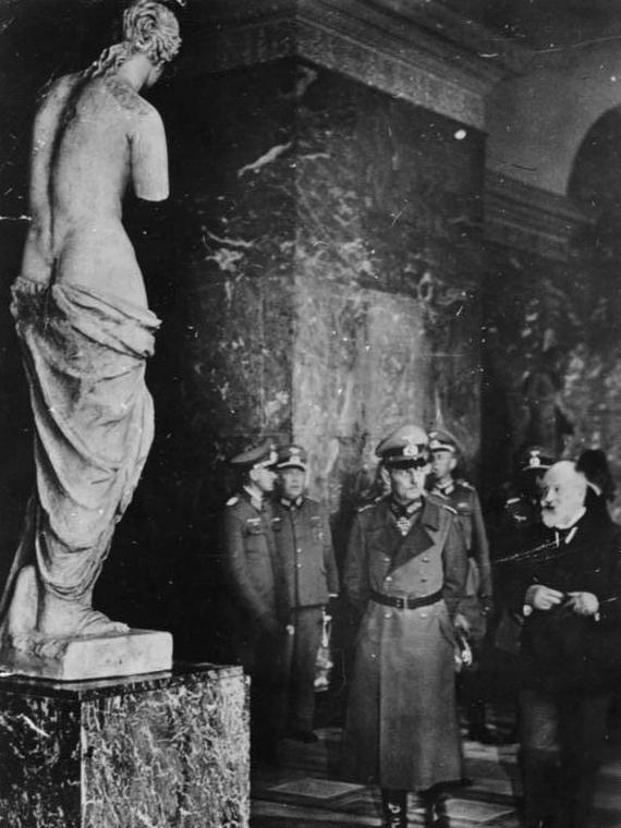 Cópia da Vênus de Milo em gesso, exposta no Louvre em 1940 | Autor desconhecido