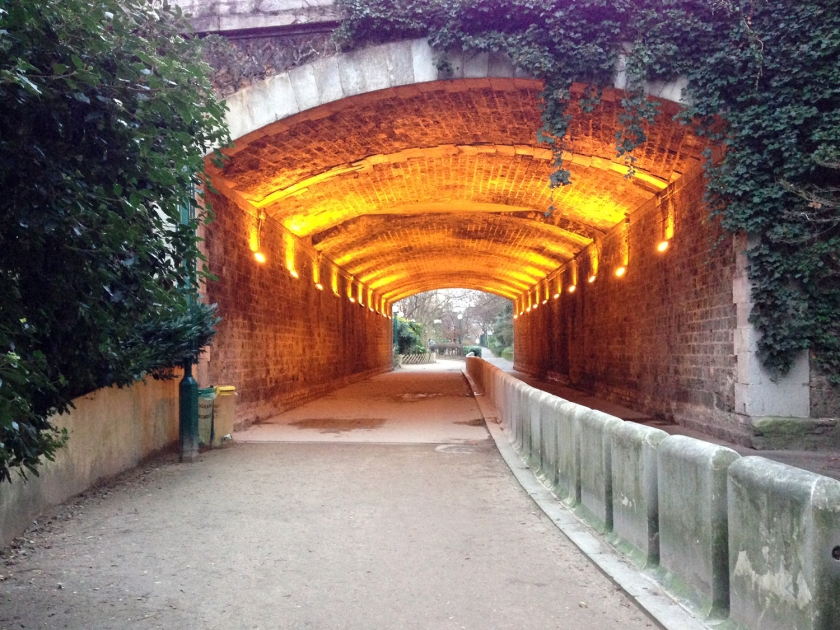 Passagem sob túnel