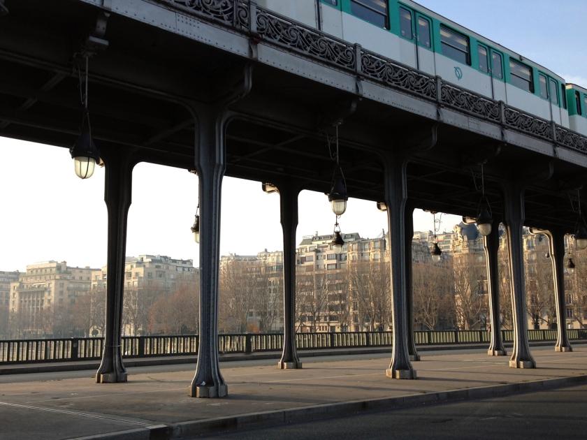 Metrô passando sobre a ponte Bir-Hakeim
