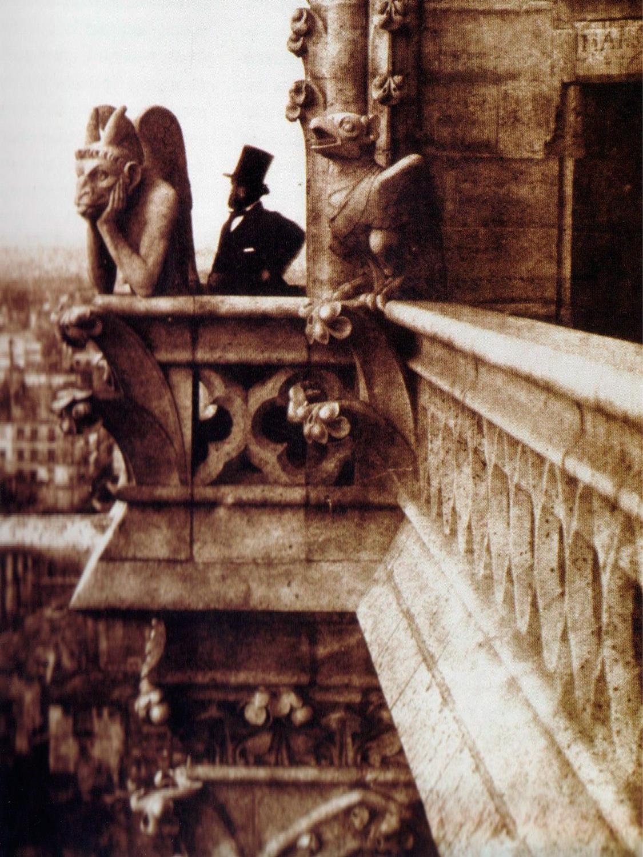 Henry Le Secq junto à quimera Stryge, em 1853 | Foto: Charles Negre