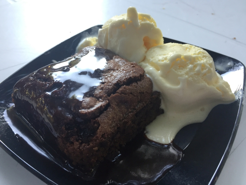 Brownie quente com calda de chocolate e sorvete