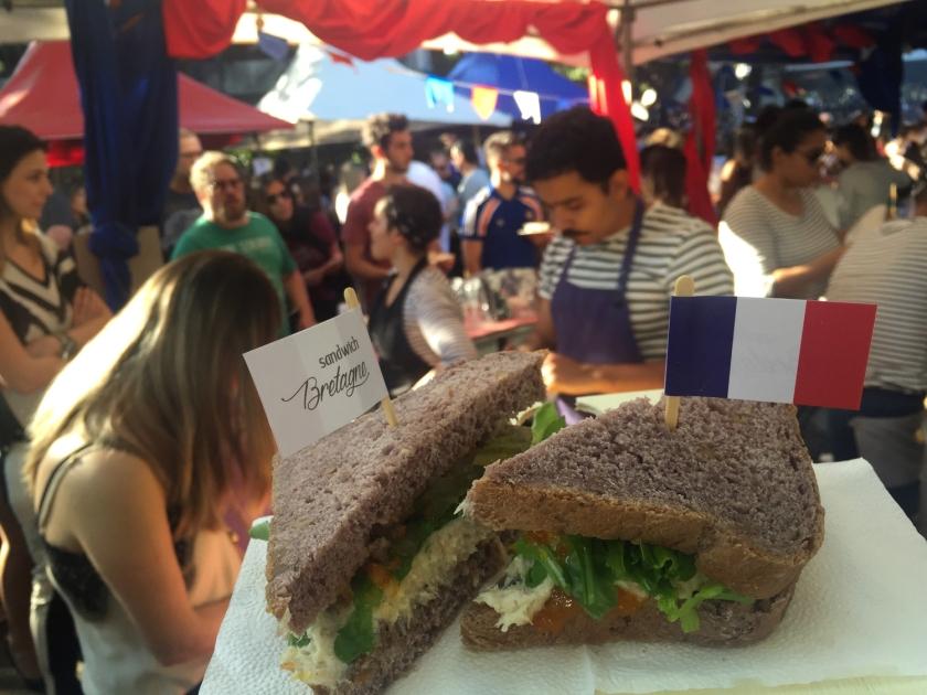 Sanduíche de filé de peixe vermelho com pão artesanal de nozes