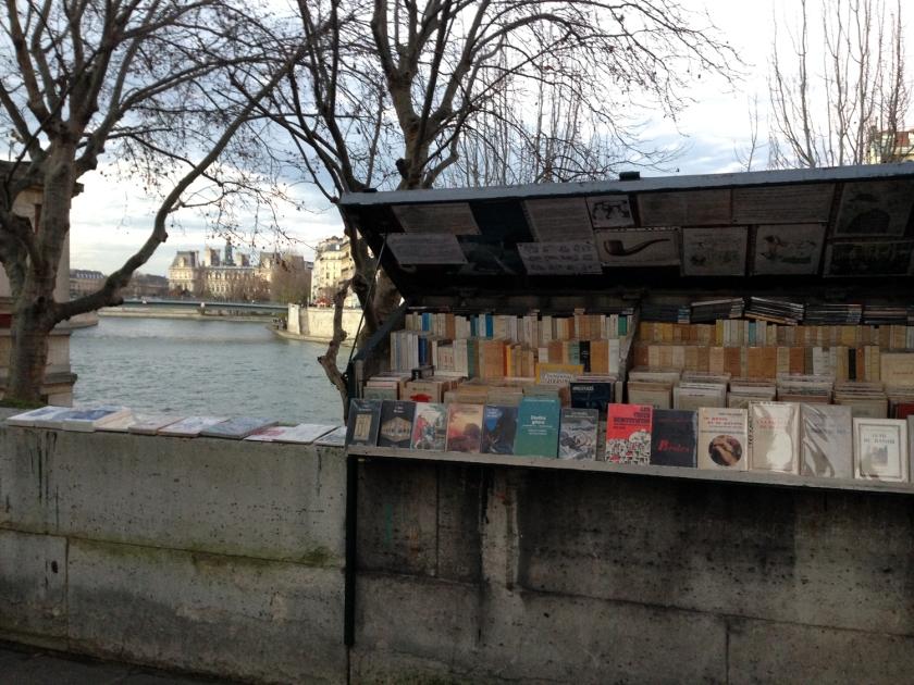 Bouquiniste à margem do rio Sena