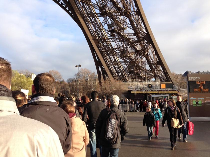 Fila para acesso aos elevadores da Torre Eiffel