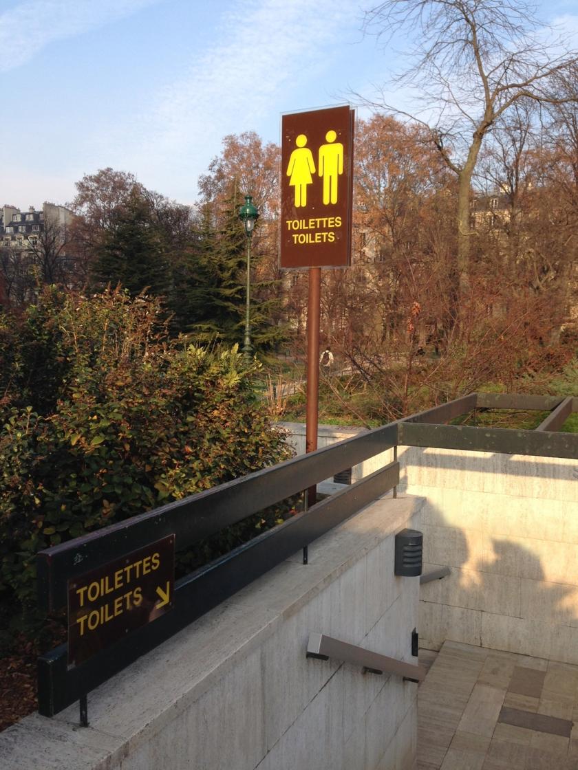 Banheiros públicos próximos à Torre Eiffel