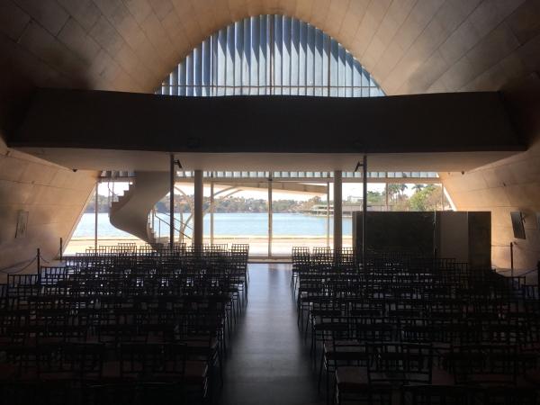 Lagoa vista do interior da igreja