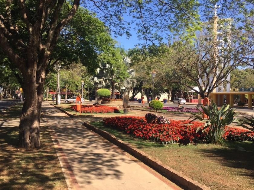 Praça florida da Igreja Matriz do Divino Espírito Santo