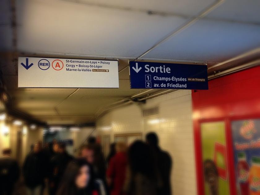 Placas indicando as saídas do metrô