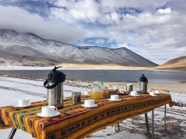 Café da manhã à beira da Laguna Miñiques