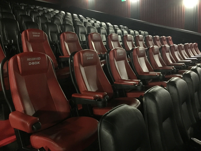 Sala Cinemark com duas fileiras de poltronas D-BOX