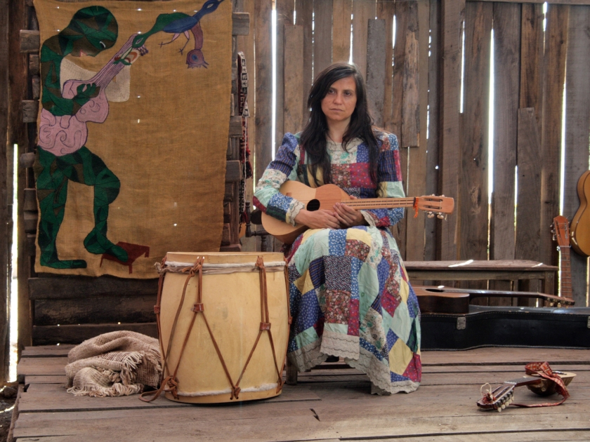 Violeta Parra em cena do filme Violeta Se Fue a Los Cielos
