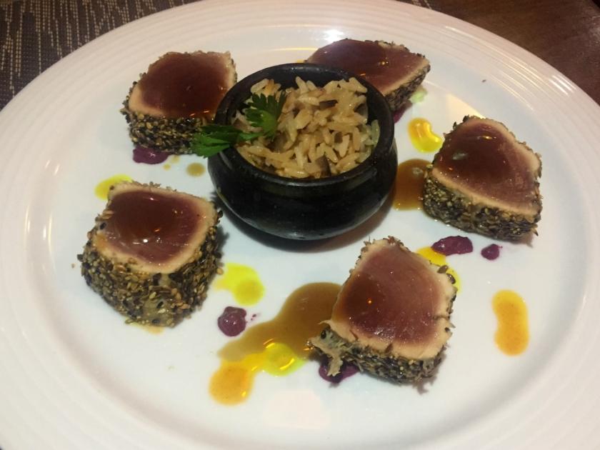 Atum vermelho na crosta de mix de sementes com arroz chaufa