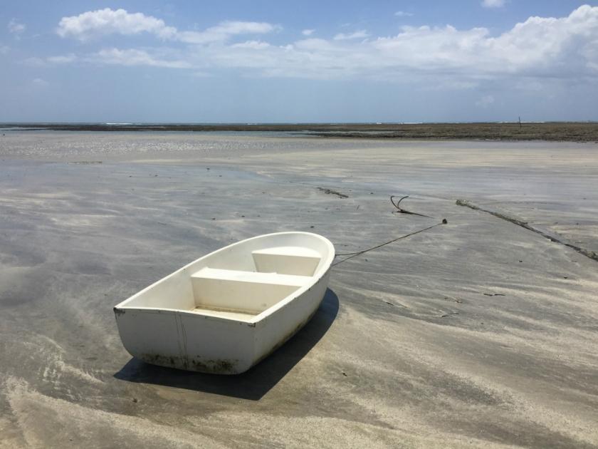 Barco ancorado na maré baixa