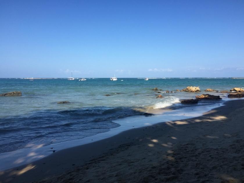 Barcos de passeio ancorados na Terceira Praia