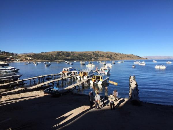Barcos no porto do Lago Titicaca
