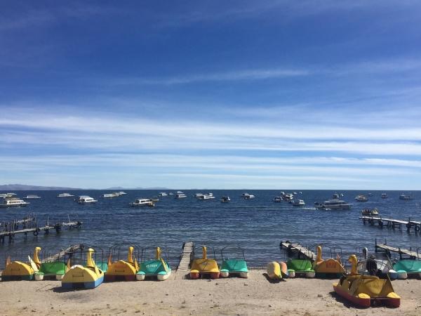 Pedalinhos na praia do Lago Titicaca