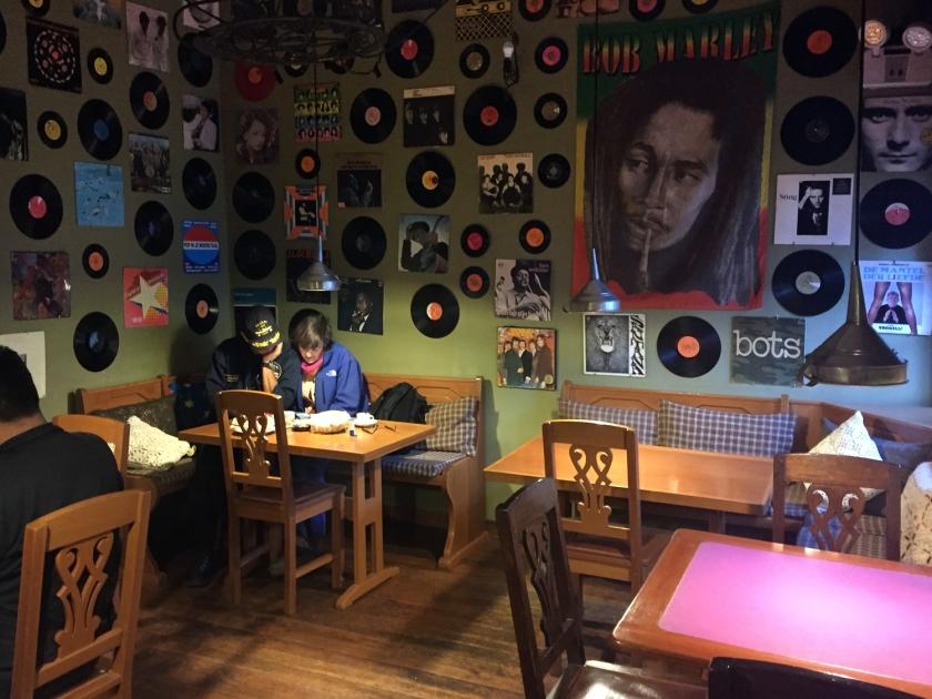 Sala com decoração de discos