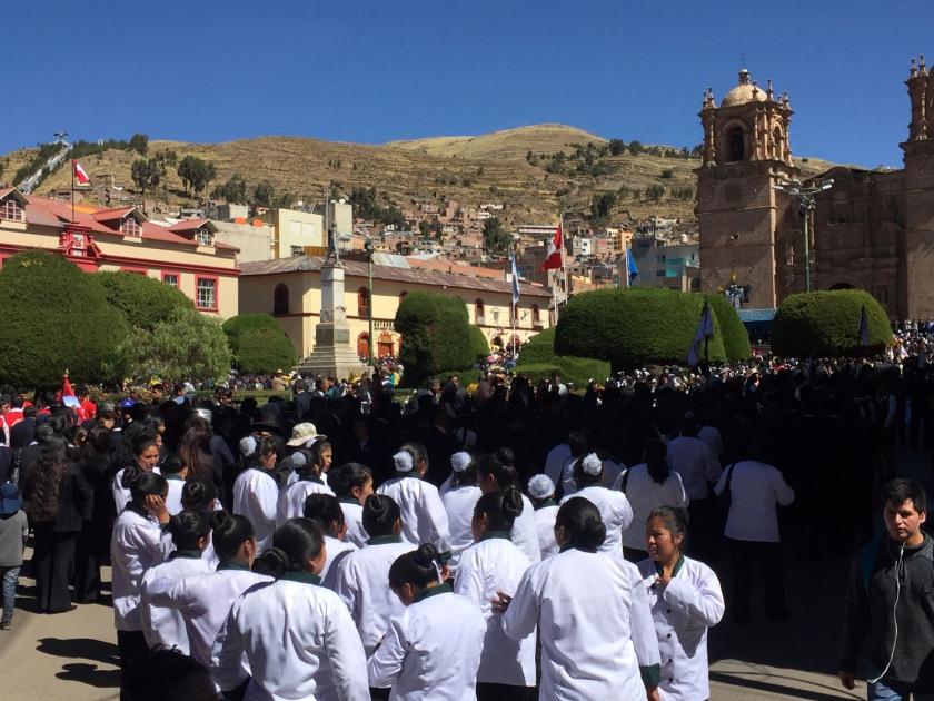 Desfile de estudantes na Plaza de Armas