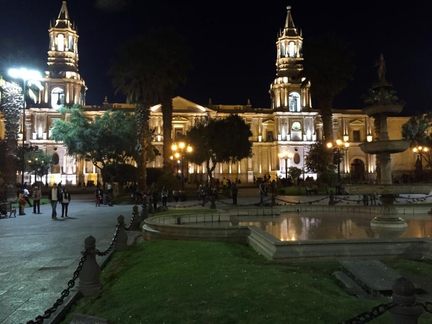 Iluminação noturna da praça