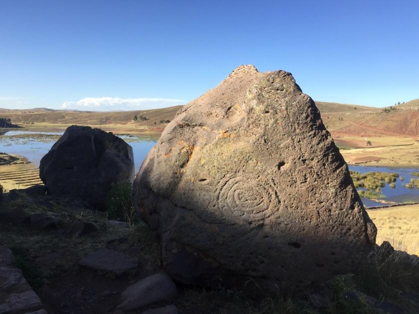 Pedra Inca com representação de serpente