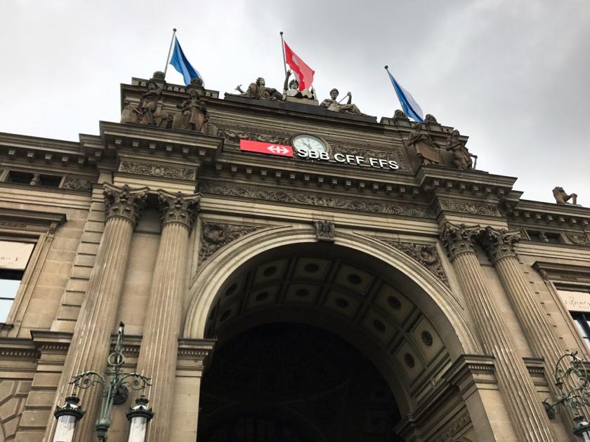 Portal na entrada do prédio