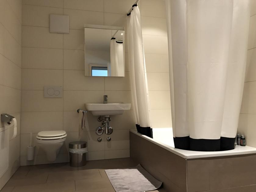 Banheiro espaçoso e novo