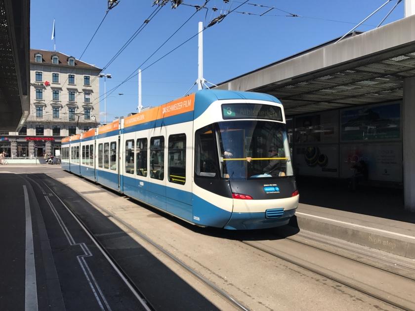 Tram na estação Banhofplatz/HB