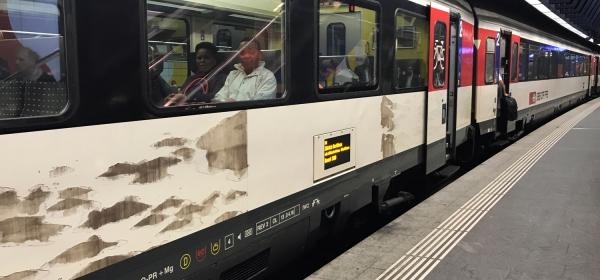 Trem na estação do aeroporto